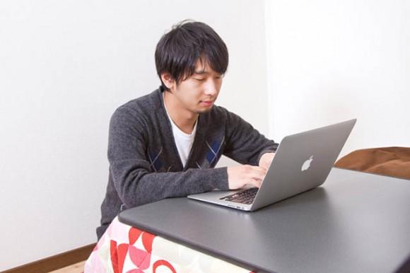 パソコンで治験を探す人イメージ
