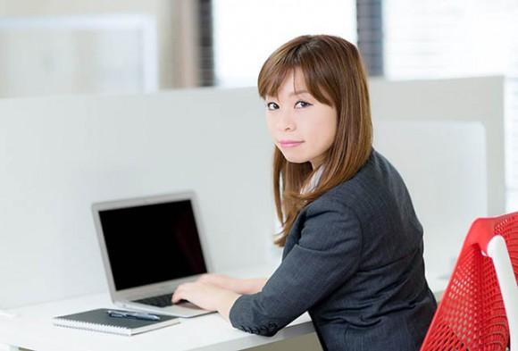 パソコンを使う人イメージ