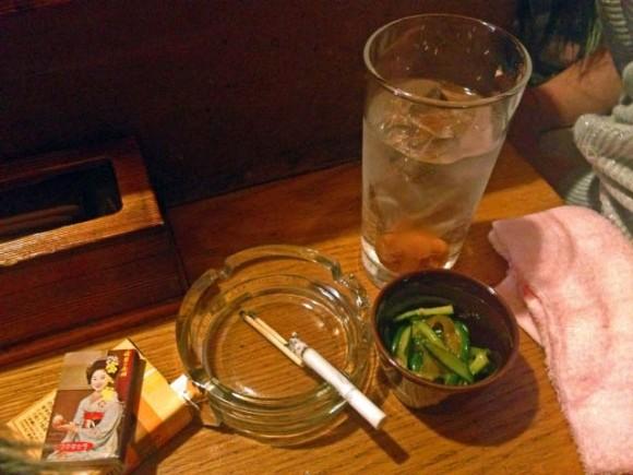タバコを吸う人が治験に行けるか悩むイメージ