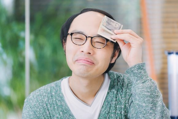 副業で得た分の税金を払う男性